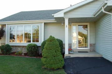 8965 S River Edge Dr, Oak Creek, WI 53154-3741