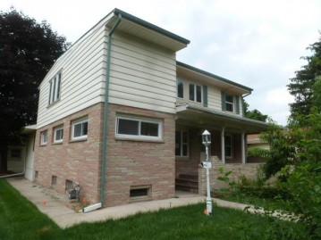 3841 S 39th St, Greenfield, WI 53221-1027
