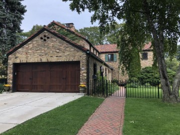 4136 N Lake Dr, Shorewood, WI 53211-1719