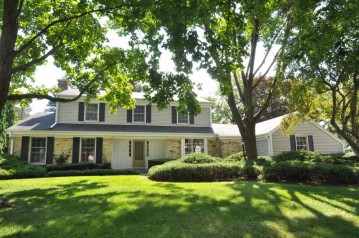 16555 Mary Cliff Ln, Brookfield, WI 53005-2133