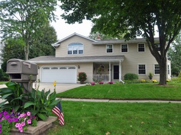 651 Silverbrook Dr, West Bend, WI 53095-3836