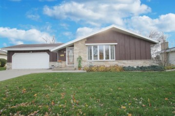6255 Thornridge Ln, Greendale, WI 53129-2652
