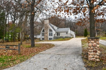 W303N2577 Maple Ave, Delafield, WI 53072-4242