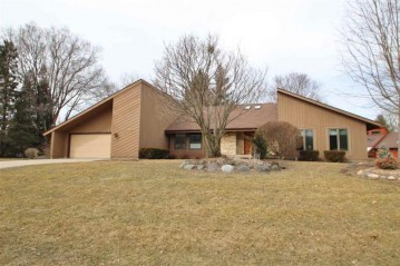 5892 Woods Edge Rd, Fitchburg, WI 53711
