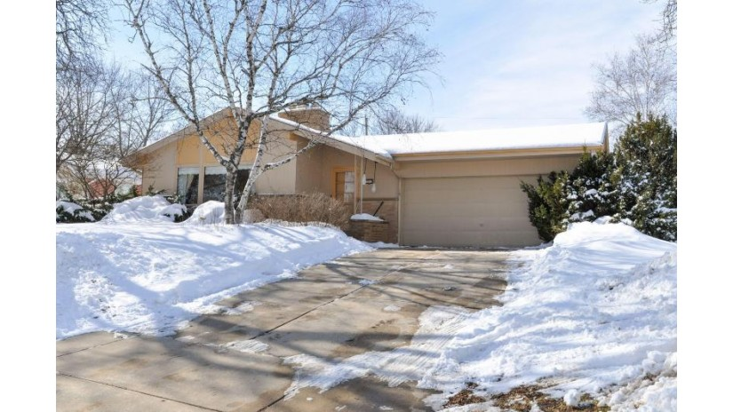 3263 S 122nd St West Allis, WI 53227-3830 by Re/Max United - West Bend $214,900