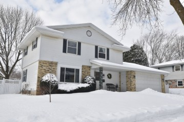 525 Summit Dr, Port Washington, WI 53074-2341