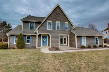 10111 N Foxkirk Dr, Mequon, WI 53097-3621