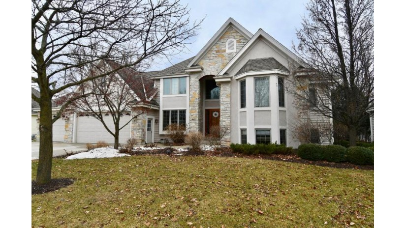 915 Schloemer Dr West Bend, WI 53095-5528 by First Weber Inc- West Bend $450,000