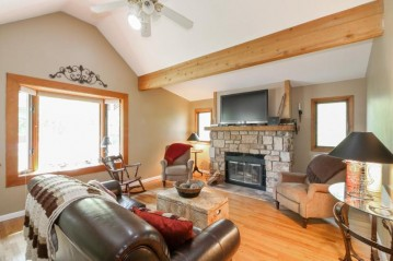 529 Oakwood Trl, Twin Lakes, WI 53181-9554