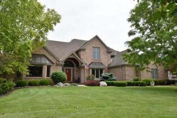 8264 S River Terrace Dr, Franklin, WI 53132-8364