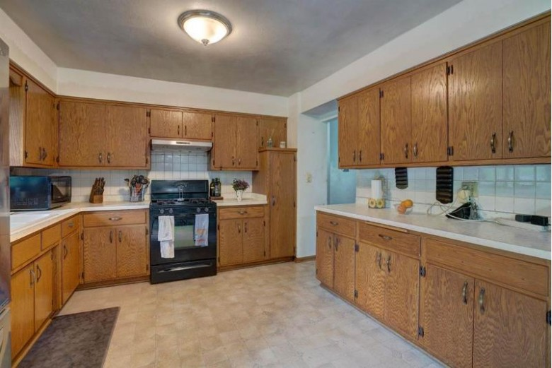 2009 Manhattan Dr Verona, WI 53593-8892 by Realty Executives Of Mt Horeb $265,000
