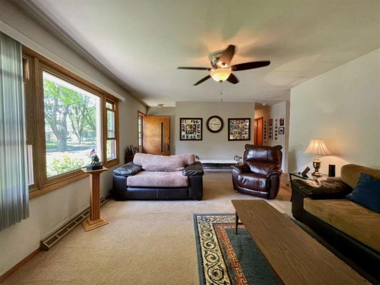 1611 Meadow Crest Ln Middleton, WI 53562 by Madisonflatfeehomes.com $312,000