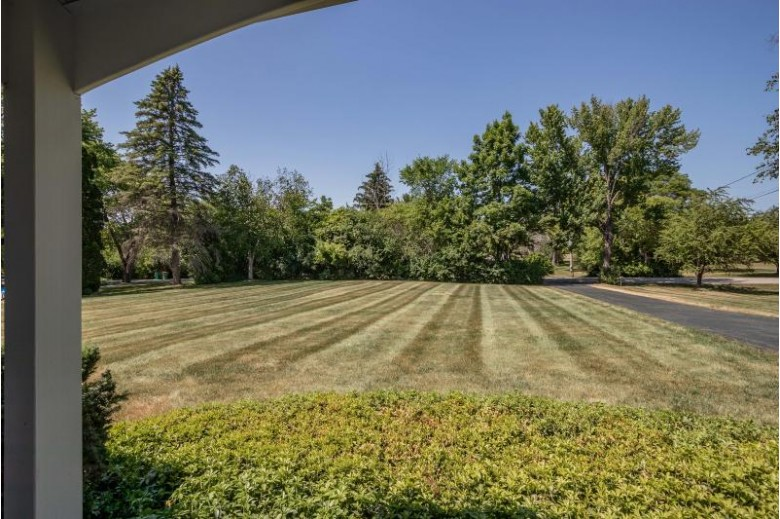 5209 W Sunnyside Dr Mequon, WI 53092-2036 by First Weber Real Estate $310,000