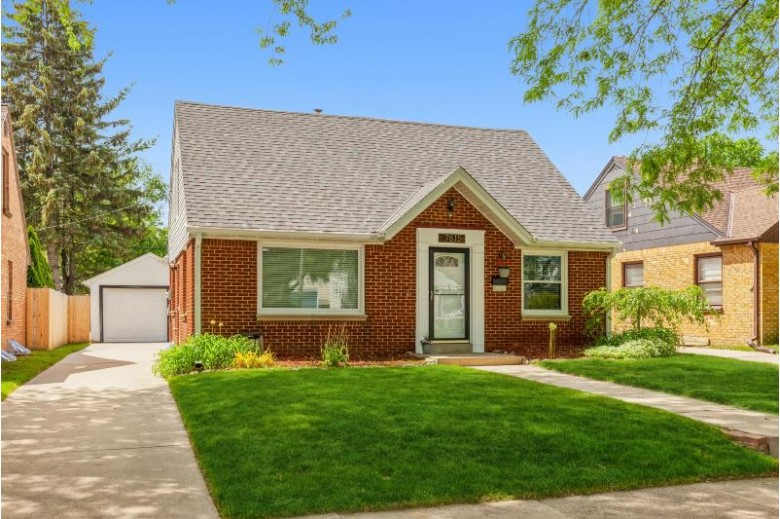 7815 Livingston AVE, Wauwatosa, WI by Coldwell Banker Realty $274,900