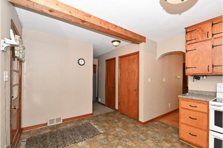 S27W30021 Boettcher Rd Waukesha, WI 53188-9228 by Re/Max Realty 100 $329,900