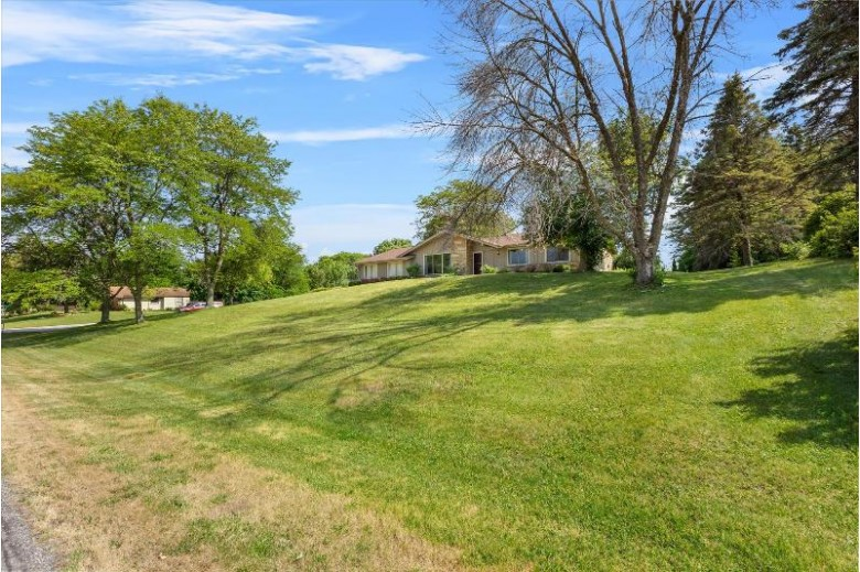 N49W27805 S Courtland Cir, Pewaukee, WI by Benefit Realty $335,000