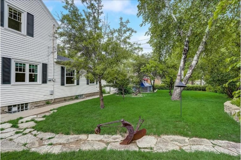 10508 W Lincoln Ave West Allis, WI 53227-1204 by Kelly Barrett Real Estate $259,900