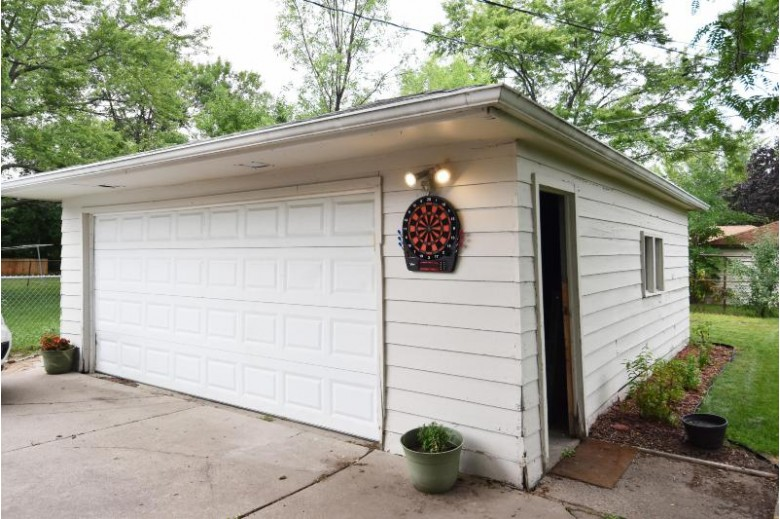 N89W15266 Cleveland Ave Menomonee Falls, WI 53051-2212 by First Weber Real Estate $225,000