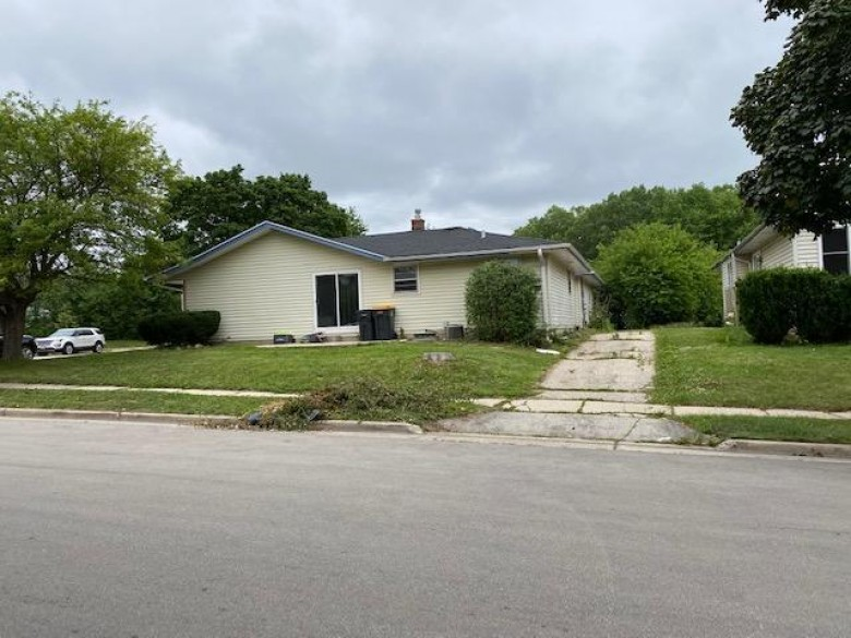 321 Rivera Dr 323 Waukesha, WI 53189-7511 by Realty Executives Integrity~brookfield $294,000