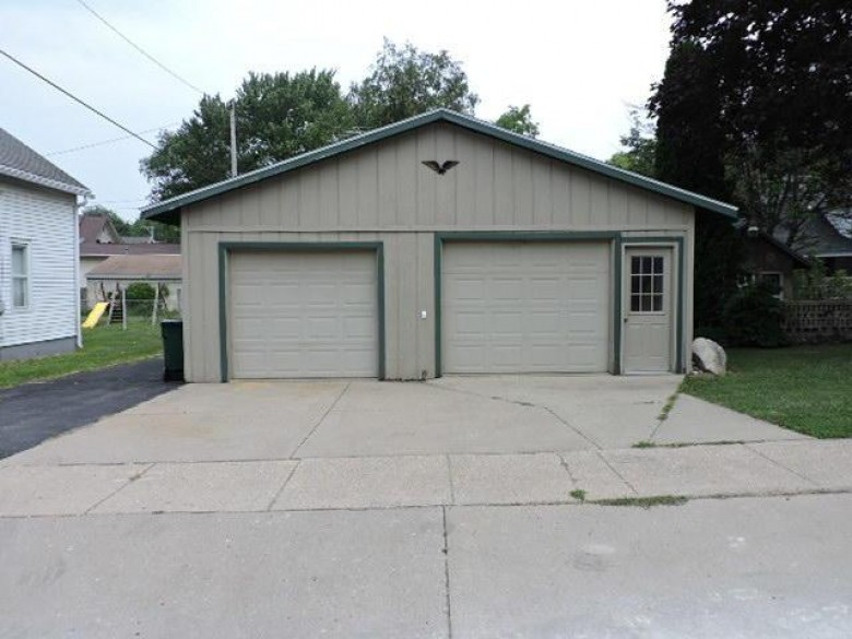 401 Clarence St, Fort Atkinson, WI by Re/Max Preferred~ft. Atkinson $179,900