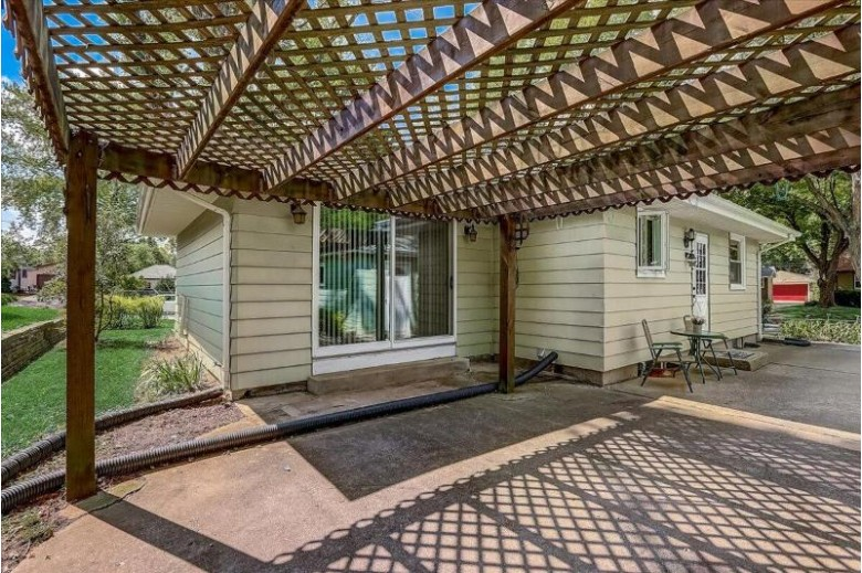 1505 W End Rd Waukesha, WI 53188-2147 by Homestead Realty, Inc~milw $230,000