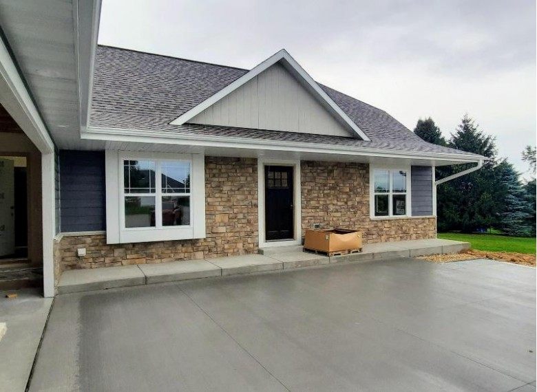 1453 Red Oak Dr, Hartford, WI by Homestead Realty, Inc~milw $435,000