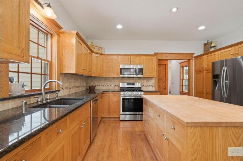 145 Woodlands Ct Hartland, WI 53029-2296 by Homestead Realty, Inc~milw $499,900