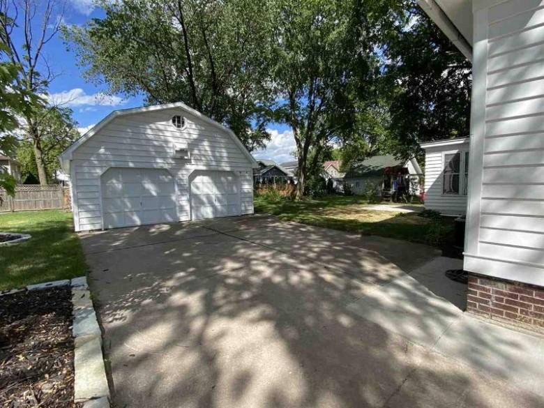 318 E Columbian Avenue Neenah, WI 54956 by DeWitt Londre LLC $219,900