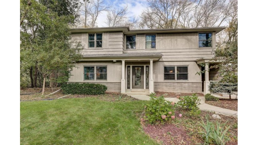 340 W Indian Creek Ct Fox Point, WI 53217-2325 by First Weber Inc -Npw $452,900