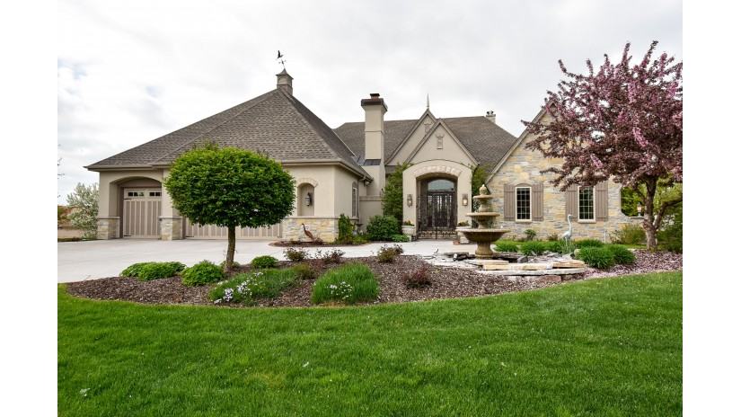 19070 Chapel Hill Dr Brookfield, WI 53045-7447 by Shorewest Realtors $1,075,000